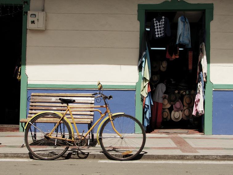 Imagen de una bicicleta parqueada en la calle