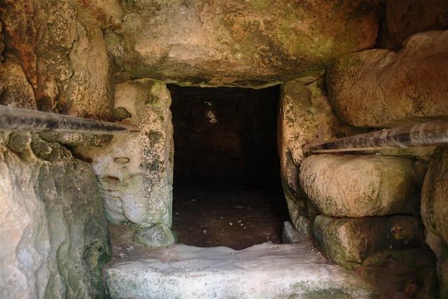 Es posible adentrarse en el interior de la naveta más famosa ... y con un poco de luz pueden percibirse huecos donde se depositaban los restos humanos ... no apto para ir sólo :) menorca - 2906846609 66f241c2a7 z - Menorca, isla de misterios arqueológicos