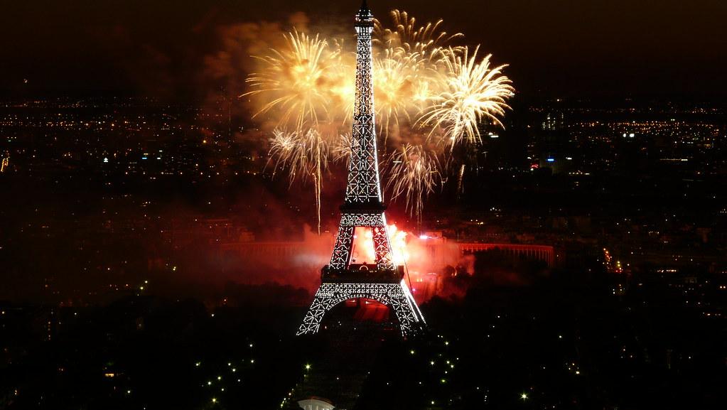 夜景と花火とエッフェル塔