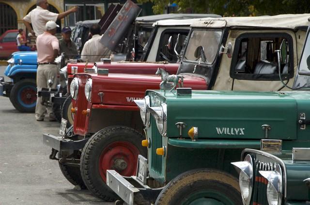 Imagen de unos Jeep Willys Parqueados en la Plaza Bolívar de La Tebaida, Quindio
