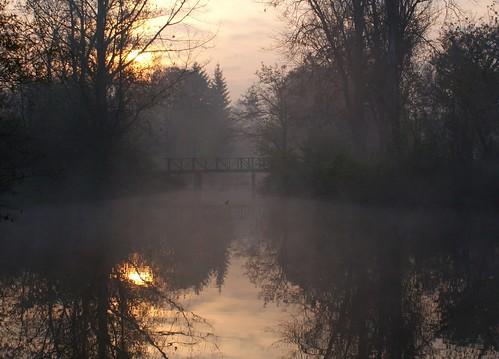 bridge autumn fall fog sunrise duck pond most macedonia citypark skopje makedonija gradskipark shkupi maqedonia urë