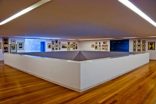 preisgekrönte Museums-Architektur: Saal in casa das Mudas Calheta