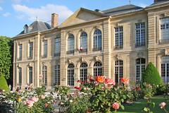 Au 77, de la rue de Varenne, au pied du dôme des Invalides, se dresse l'hôtel Biron, non pas compris entre cour et jardin comme il l'est de tradition pour tous les hôtels du faubourg Saint-Germain, mais isolé, tel un véritable château, au milieu d'un parc de trois hectares.  L'hôtel abrite aujourd'hui le musée Rodin.  www.musee-rodin.fr/accueil.htm