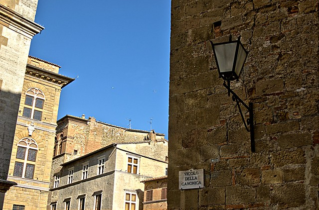 Peeking from Pienza alleys