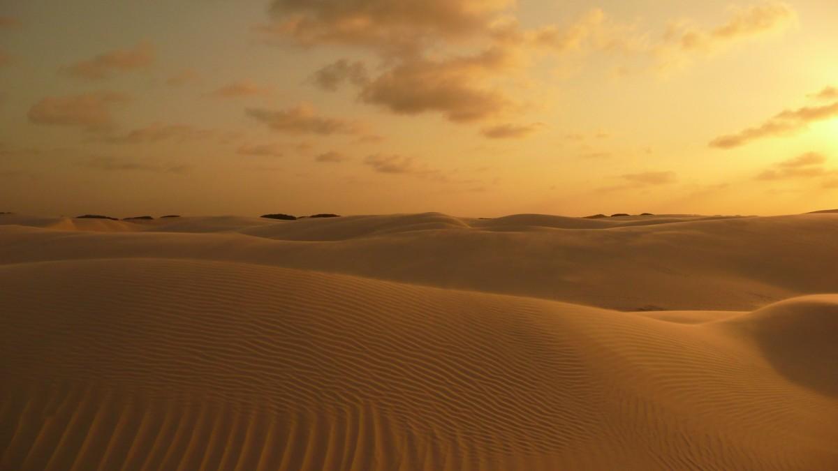 夕暮れに染まるレンソイス•マラニャンセス国立公園の砂丘