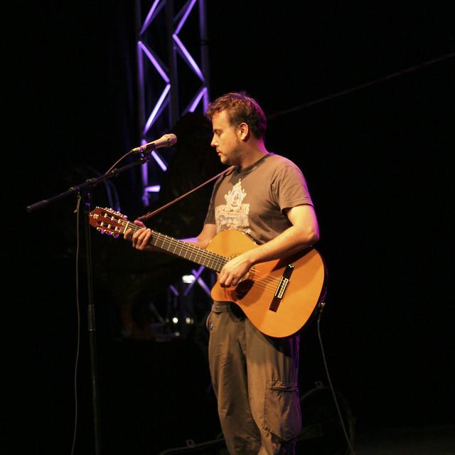 Mick est tout seul avec sa guitare