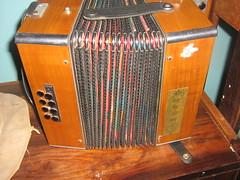 percussion(0.0), garmon(0.0), harmonium(0.0), wind instrument(0.0), accordion(1.0), diatonic button accordion(1.0), folk instrument(1.0), button accordion(1.0), bandoneon(1.0),