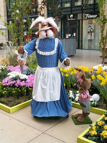 Guten Tag, Wandersmann, im hinter dem Busch verborgen im WTC Dresden die zierlich geformten Blumenbeete in dem geschorenen Samt des Rasens 007_1
