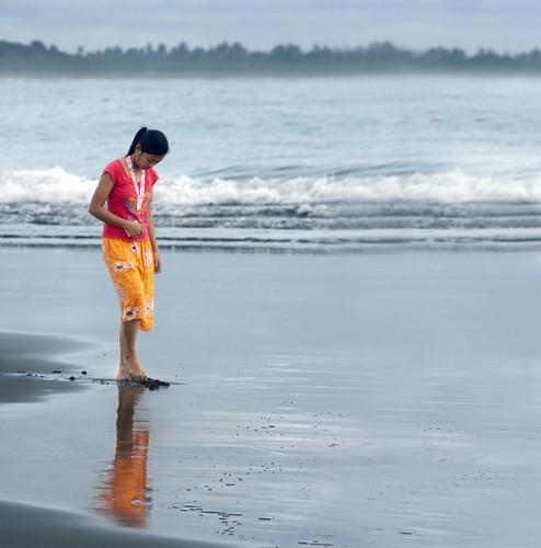 ocean reflection beach girl virginia solitude waves philippines v shore filipina bicol virgie canon70300mm camarinesnorte annemorrowlindbergh giftfromthesea canon40d imago2007