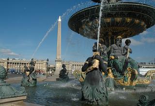 2008.10.09.059 Paris - place de la Concorde - fontaine de la navigation maritime  (1840) et l'Obélisque