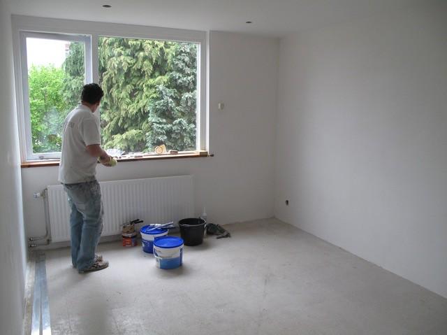 Ontmanteld, muren, raam en plafond nieuw, schilder is bezig, maandag vloerbedekking en gordijnen
