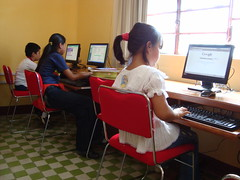 kids using public library computers