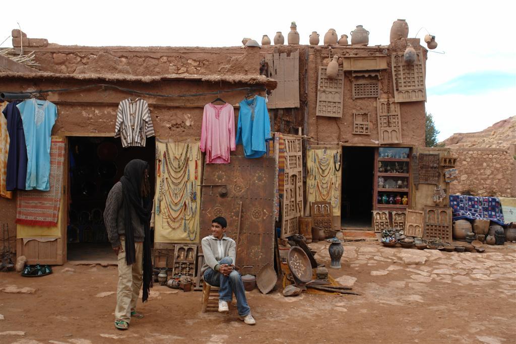 Una de las tiendas y negocios que perduran en el interior de la ciudad, con objetos y prendas artesanales