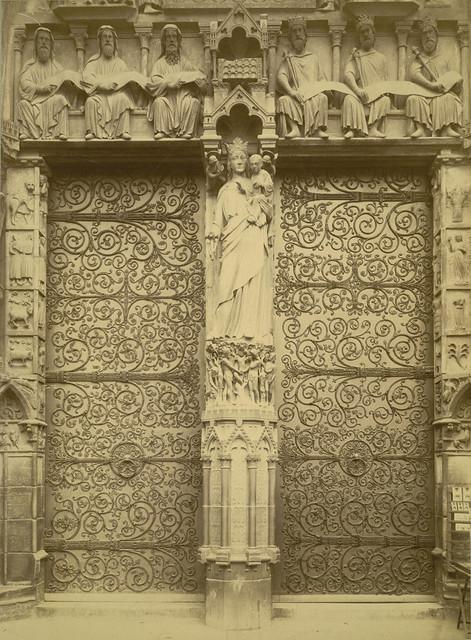 Notre Dame de Paris. Entrance