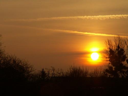 Sonnenaufgang der Wind rauscht dahin als wär das Morgenrot ein Blatt über deiner grauen Stadt 041