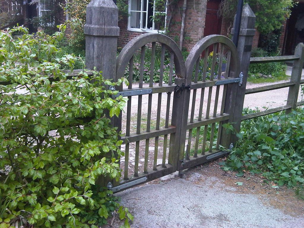 The black hooped gate