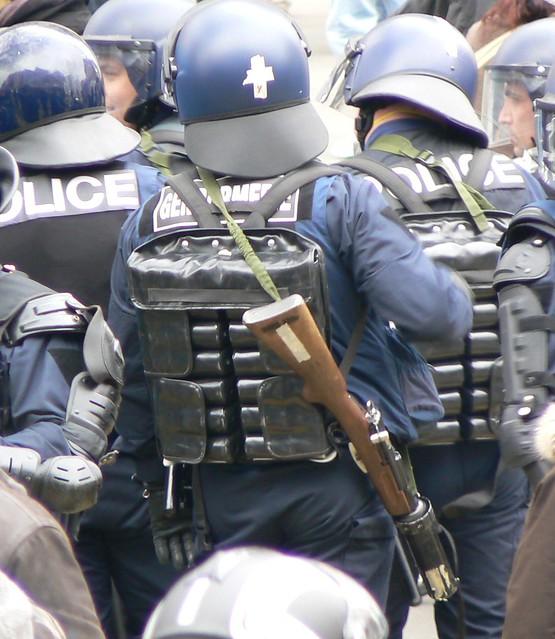 Policiers équipés et armés