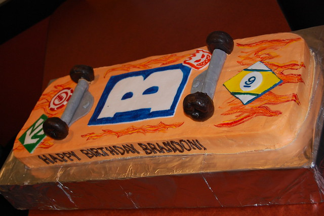 Skateboard Cake http://www.flickr.com/photos/spoolsisters/3333200246/