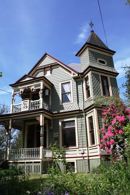 Victorian house on 33rd Avenue near Belmont.  Portland Oregon, May 17 2009.