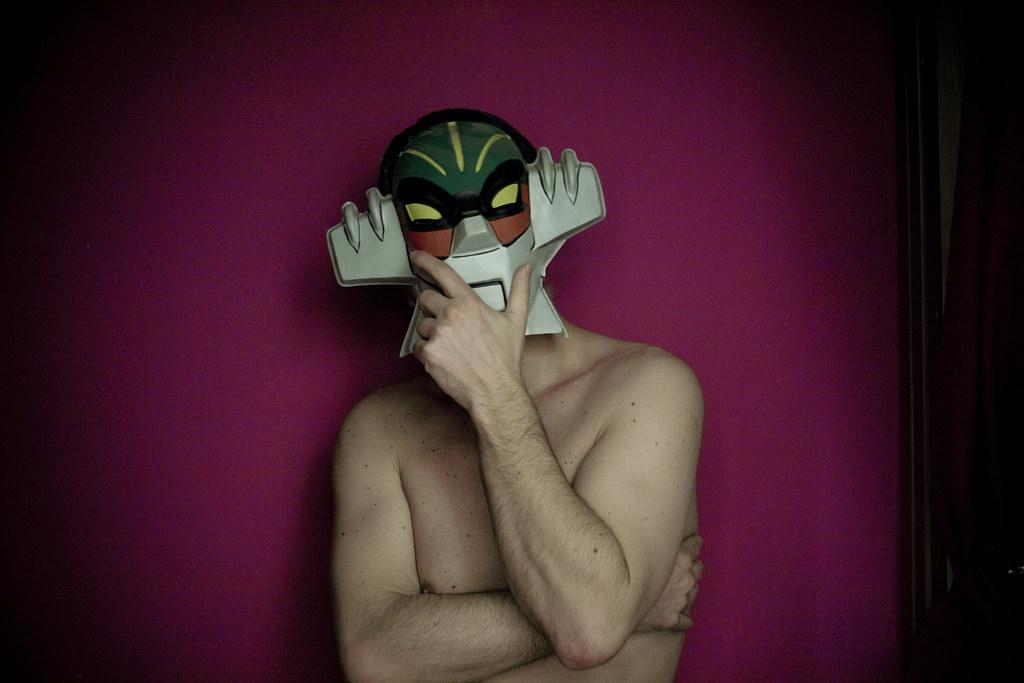 perchè indossi quella stupida maschera da uomo?