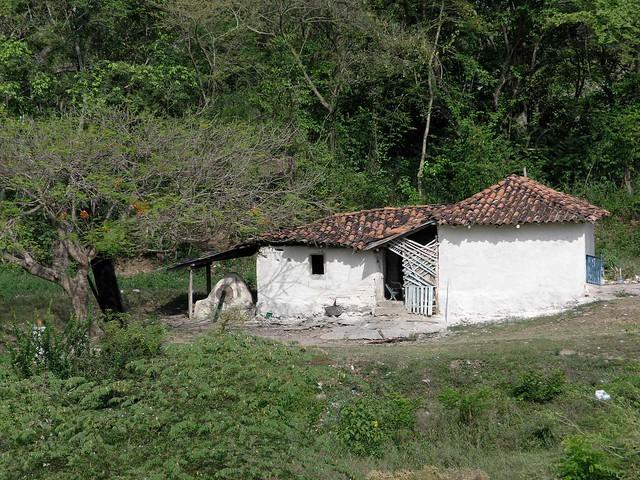 White house with tile roof casa blanca con techo de for Casas con techo de teja