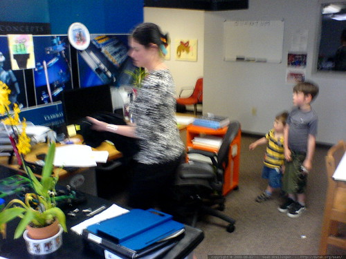 rachel & kids stop by her office to drop off a used herman miller aeron chair   DSC02920