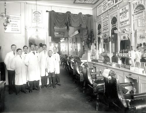 Johan Christoffersens barber- og frisørsalong / Johan Christoffersen's Barbershop (1918)