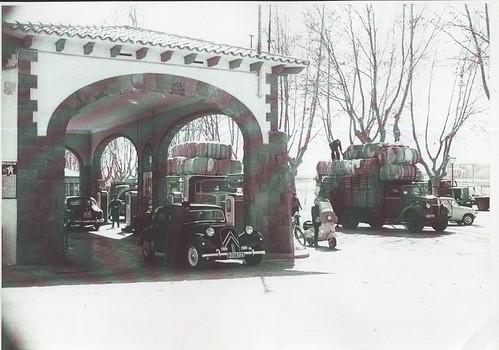 """Benzinera de """"quatre carreteres"""" a Tona als anys 1950"""