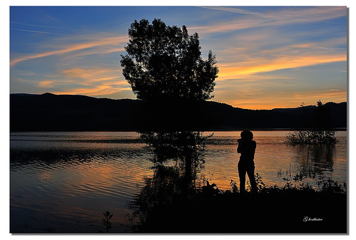 sunset woman lake tree colors silhouette reflections lago donna tramonto toscana albero colori riflessi ghostbuster poggiolo lagodimontedoglio passionefotografica gigi49 giornisplendidi photographicpassion