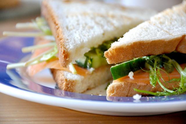 Sandwich med røget laks, agurk, ærtespirer og mynte