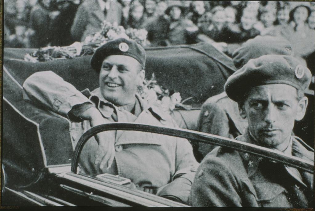 Kronprins Olav i åpen bil, mai 1945