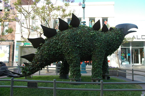 Giant chia pet, stegosaurus, metal and ivy statue, Santa Monica, California, USA by Wonderlane