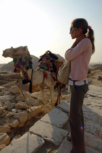 Bea junto a un camello en Saqqara