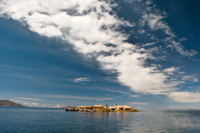 El pueblo del agua: Las islas flotantes de los uros. Lago Titicaca. Perú