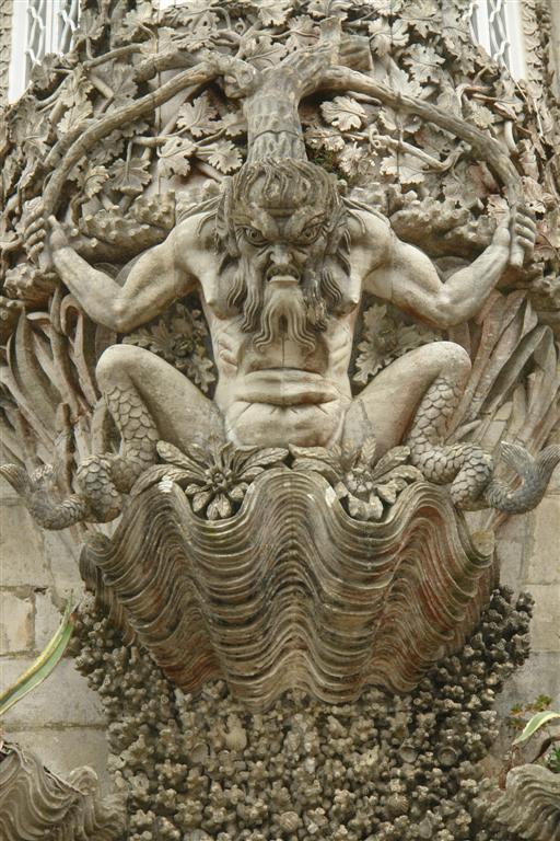Impresionantes las recargadas columnas y pórticos