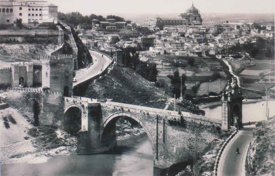 Vista del Puente de Alcántara y la Escuela Normal de Toledo durante su demolición