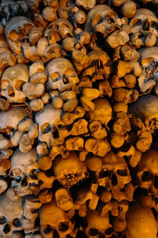 Montón de huesos en la pared Évora, y su siniestra Capilla de los Huesos - 3306019983 110aa1164a o - Évora, y su siniestra Capilla de los Huesos