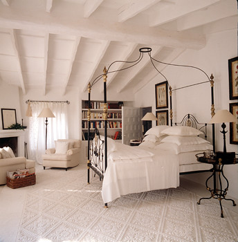 White bedroom: White carpet + campaign bed + exposed beams, by Mimmi O'Connell