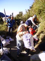 志工清除玉山的垃圾(圖片提供:玉管處)