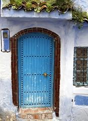 Porte bleue et briques
