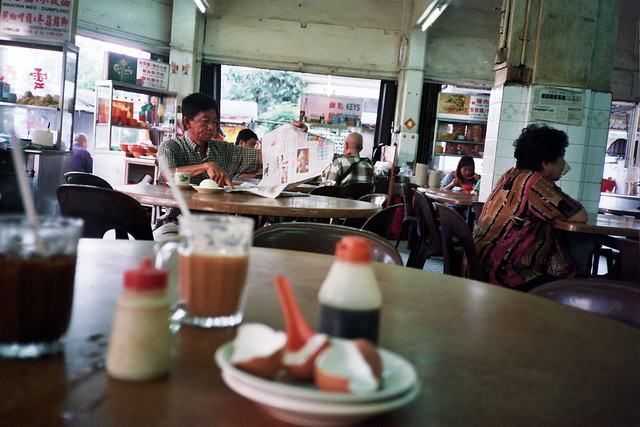 Pudu : Man with his breakfast and paper