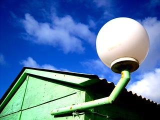 Billede af Fonte da Telha. wood blue white house verde green praia beach portugal lamp branco azul bar club cores casa wc gustavo madeira clube costadacaparica candeeiro almada fontedatelha gustty pestinha veríssimo casadebanho ilustrarportugal gustavoveríssimo wwwflickrcomphotosgustty