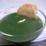 Spinatsuppe mit Parmesancrisps und saurer Sahne