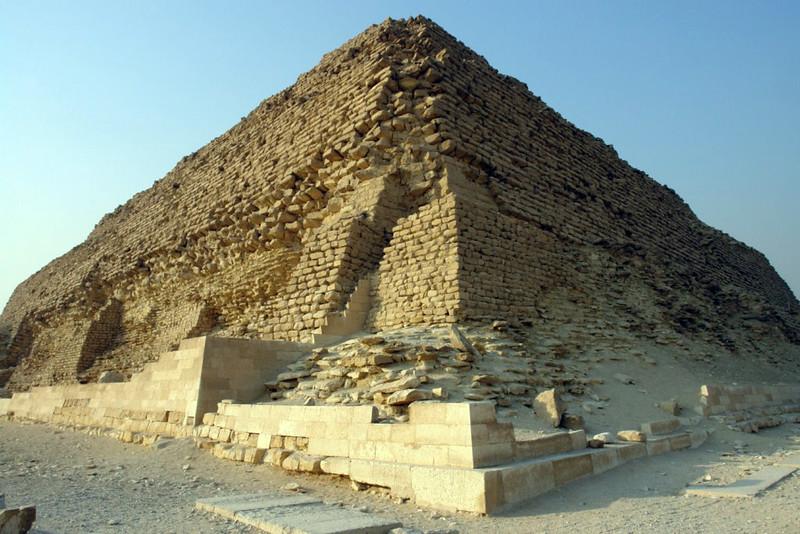 Vista desde una esquina de la pirámide escalonada de Zoser en Saqqara, la más sagrada