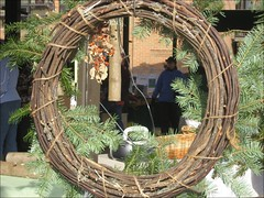 decor(0.0), outdoor structure(0.0), arch(0.0), branch(0.0), wreath(1.0),
