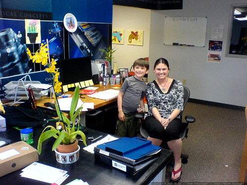 rachel & kids stop by her office to drop off a used herman miller aeron chair   DSC02922