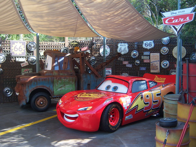 KA-CHOW! LIGHTNING MCQUEEN  FRIENDS BRING RADIATOR SPRINGS TO