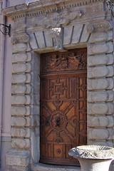 Porte en bois à la mairie