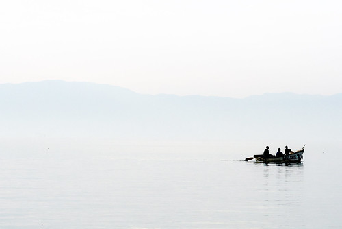 lake contrast boat fishing fishermen low peaceful calm malawi tranquil malawi2007 photocillin