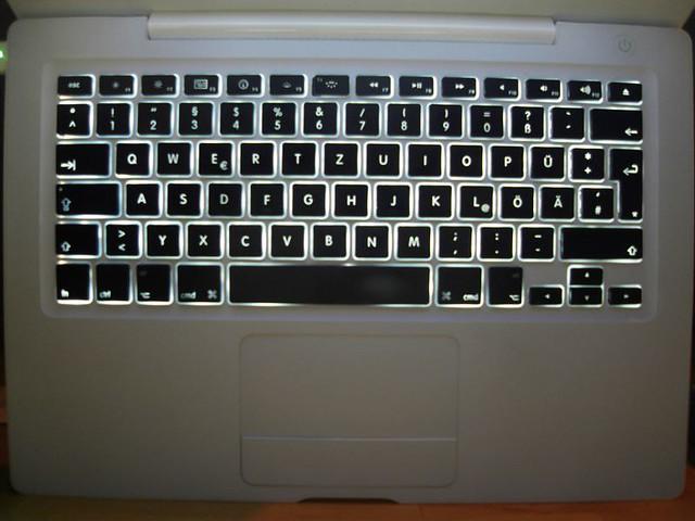 Clavier rétro éclairé sur un macbook blanc